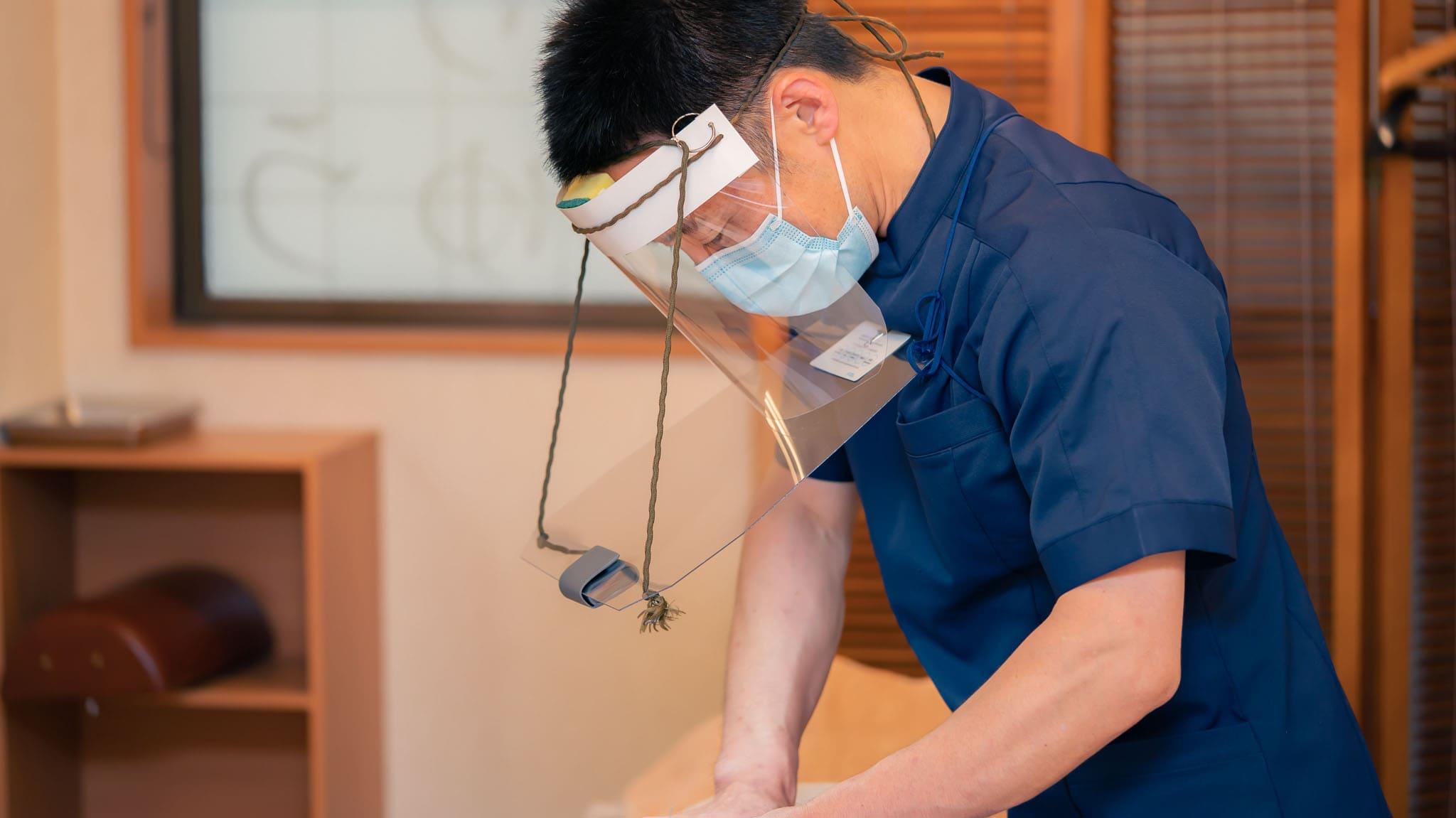 コロナ対策マスクを装着した施術風景