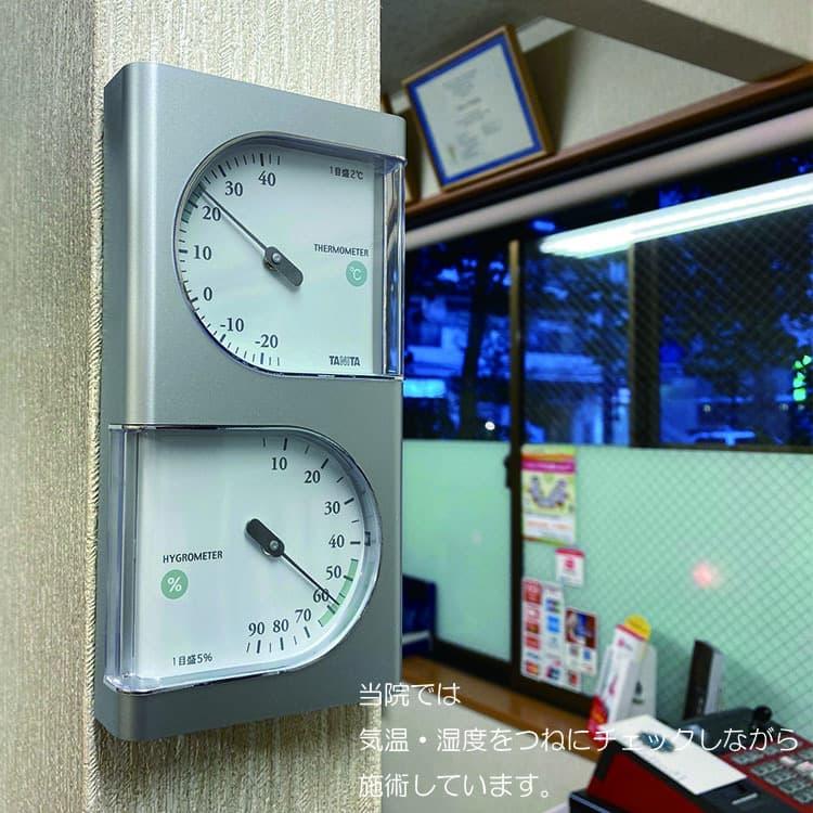 院内の温度・湿度計の写真